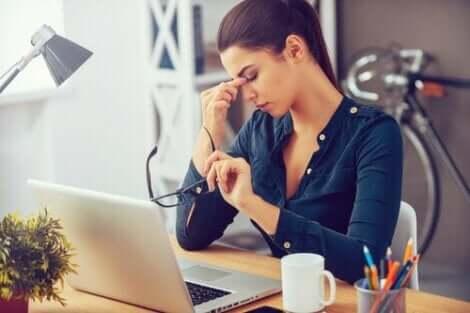 Stres sebebiyle baş ağrısı çeken kadın