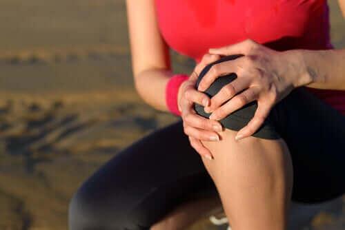 Kaz ayağı tendoniti yaşayan bir kadın.