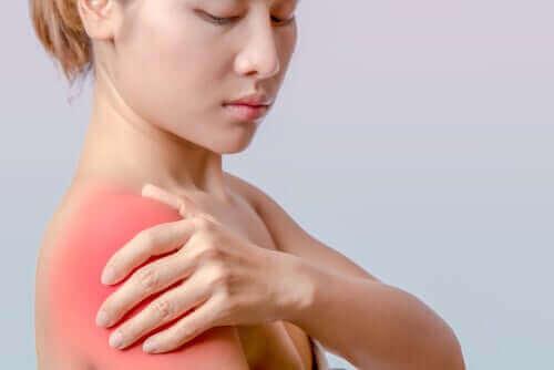 Omzunda ağrı olan bir kadın.