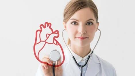 Doktor steteskop ile kalbi dinliyor