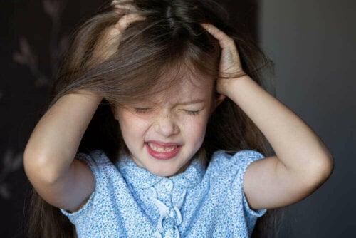saçlarını çeken bir kız çocuğu