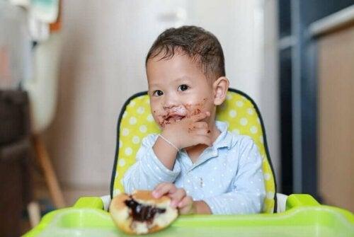 seker yiyen çocuk