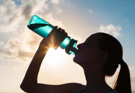 Bir kadın su içiyor