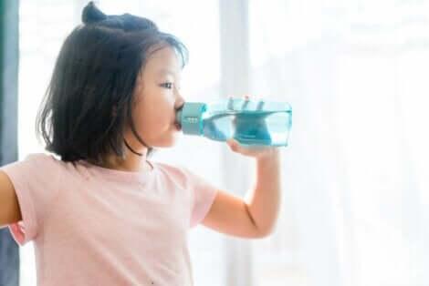 su içen kız çocuğu
