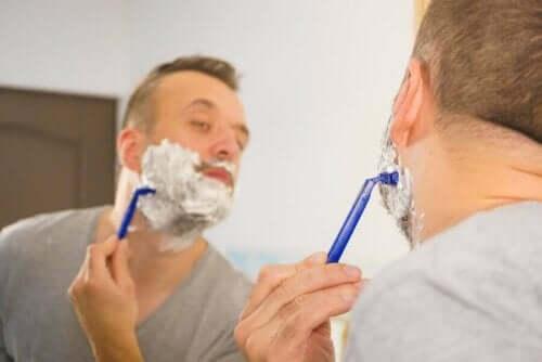 Tıraş köpüğü ile tıraş olan bir adam.