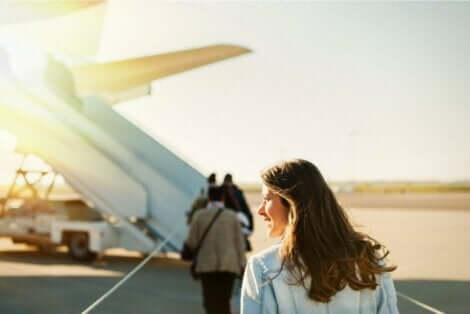 uçağa binen kadın