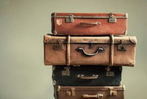 üst üste valizler