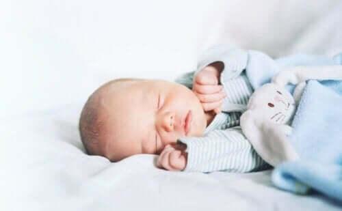 Uyuyan bir bebek.