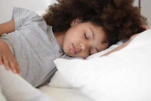 Uyuyan bir kız çocuğu.
