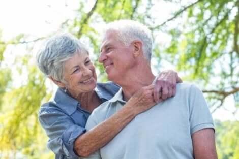 Gülümseyen yaşlı bir çift