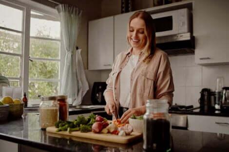 akşam yemeği hazırlayan kadın