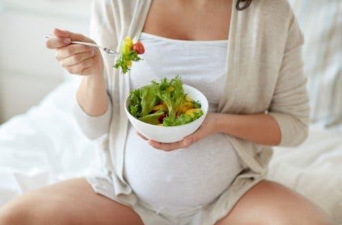 Hamilelikte-Karın-Ağrısı-salata-yiyen