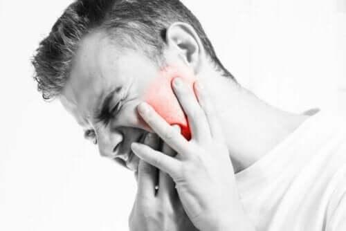 Temporomandibular eklem çıkığı dolayısıyla acı çeken bir adam.