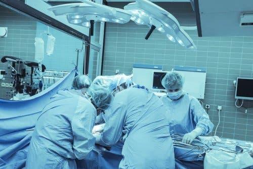 Bir hastaya varikosel ameliyatı yapan doktorlar.