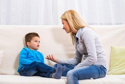 Tırnaklarını yemesini engellemek için oğluyla konuşan bir anne.