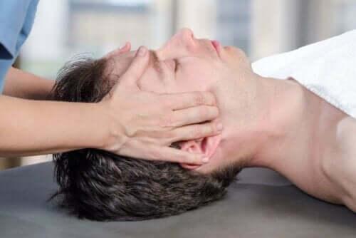 Çenesine masaj yapılmakta olan bir kişi.