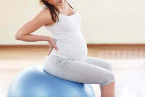 Egzersiz yapan hamile bir kadın.