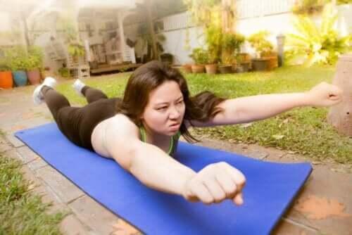 Egzersiz yapan bir kadın.