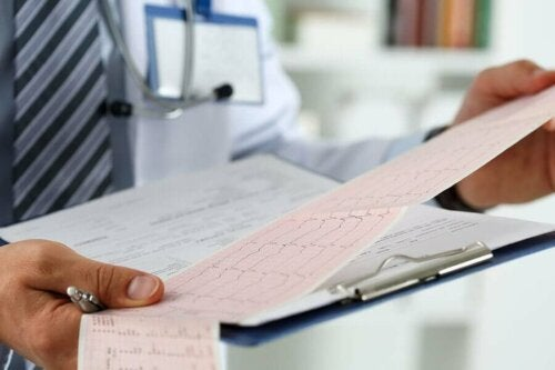 Doktor kalp ritmini inceliyor