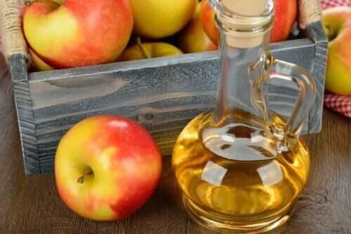 Bir şişe elma suyu ve birkaç elma.