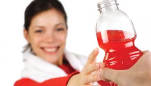 Birinden bir enerji içeceği alan bir kadın.