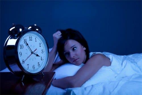 gece uykusuz kadın saat