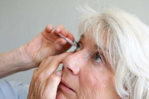 Gözüne göz damlası atan bir kadın.