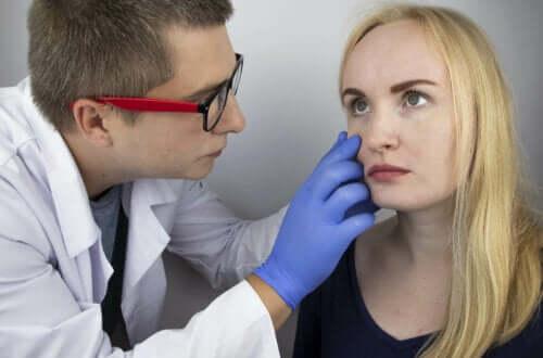 Bir kadına göz muayenesi yapan bir doktor.