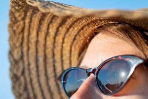 Güneşin altındaki bir kadın.