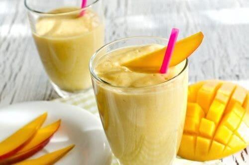 Havuç ve mango ile yapılmış bir smoothie.