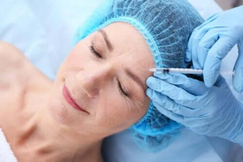 Alın bölgesine enjeksiyon yapılan kadın