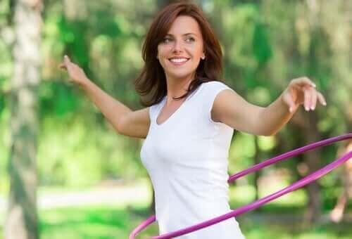 Hulahop ile egzersiz yapan bir kadın.