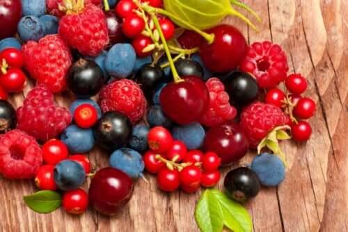 Bir dizi kırmızı meyve.