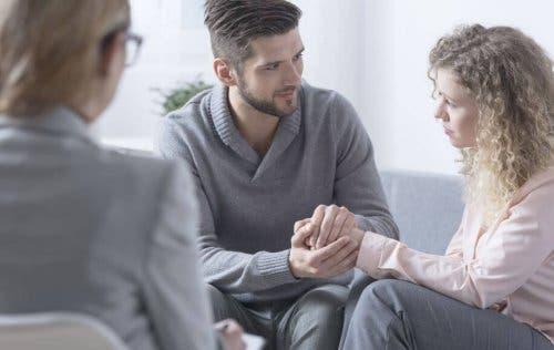 Bir terapist eşliğinde kötü haberler alan bir kişi.