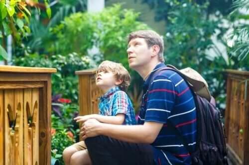Babasıyla birlikte müze gezen bir oğlan çocuğu.