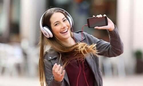 kulaklık ile müzik dinleyen kadın
