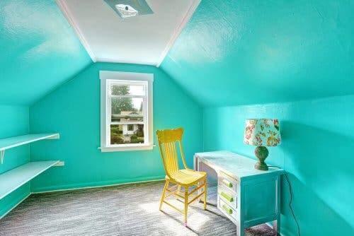 Okyanus mavisi boyanmış bir oda.