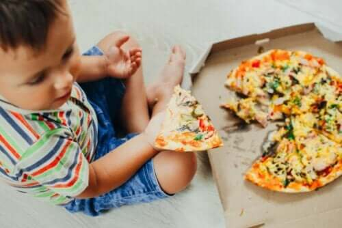 Çocuklarda gastrit oluşumuna neden olan şeyler tüketen bir çocuk.