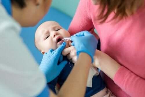 poliovirüs aşısı olan çocuk