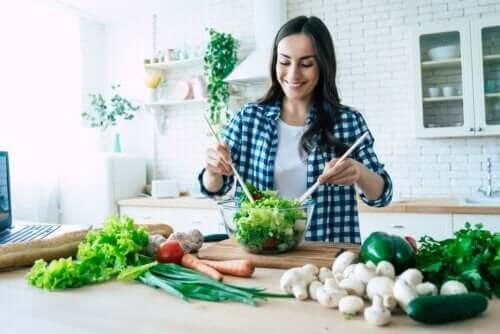 Salata yapan bir kadın.