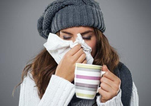 Soğuk algınlığı yaşayan bir kadın.