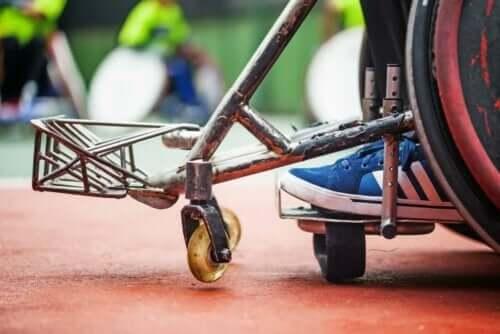 tekerlekli sandalyede oturan çocuk