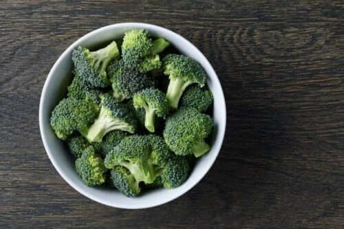 İçinde temizlenmiş brokoliler olan bir kase.