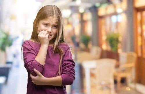 Tırnaklarını yiyen bir kız.