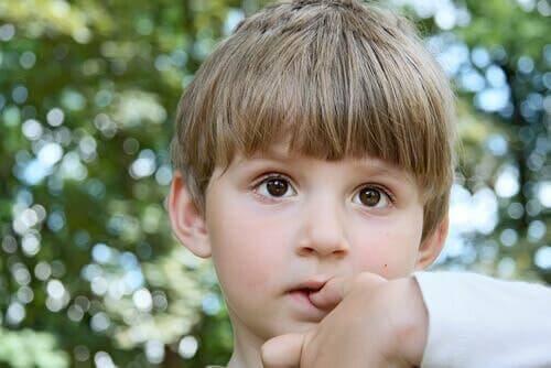 Tırnak yiyen bir çocuk.