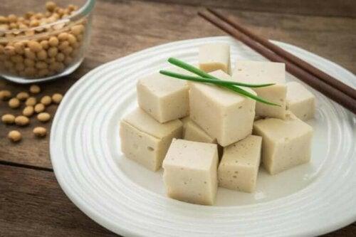 Küp şeklinde kesilmiş vegan peynirler.