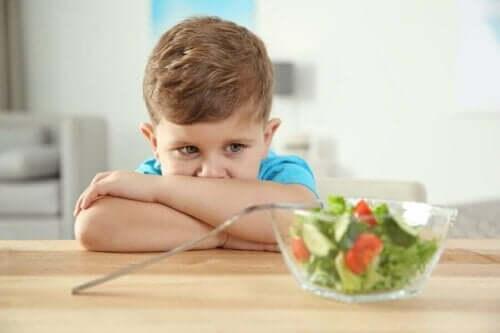 Salata yemek istemeyen çocuk