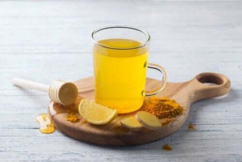 Bal ve limon ile tatlandırılmış bir fincan zerdeçal çayı.