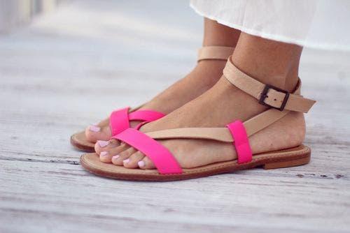 Açık ayakkabılar giyen bir kadın.