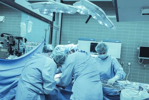 Ameliyat yapmakta olan doktorlar.